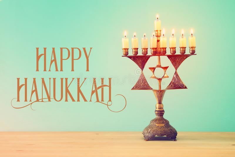 Image de fond juif de Hanoucca de vacances avec le menorah et le x28 ; candelabra& traditionnel x29 ; et bougies brûlantes