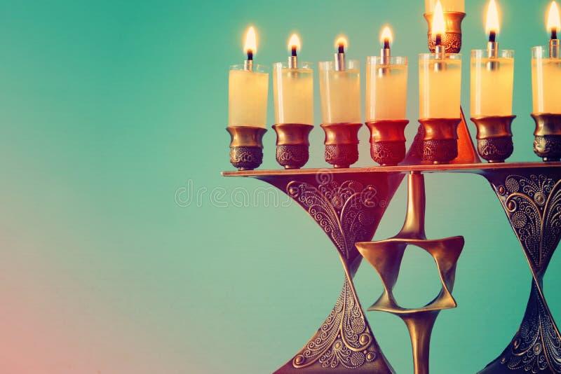 Image de fond juif de Hanoucca de vacances avec le menorah et le x28 ; candelabra& traditionnel x29 ; et bougies brûlantes images libres de droits