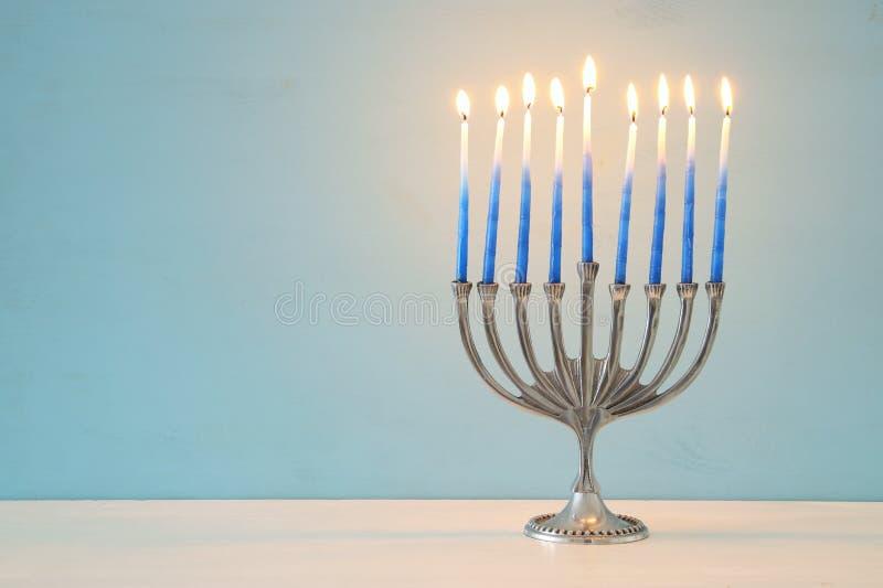 image de fond juif de Hanoucca de vacances avec le menorah traditionnel et le x28 ; candelabra& traditionnel x29 ; et bougies brû photos stock
