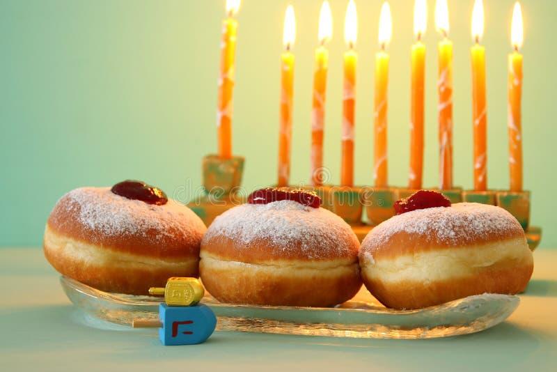 image de fond juif de Hanoucca de vacances avec les beignets et le menorah et le x28 ; candelabra& traditionnel x29 ;