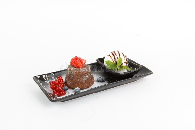 Image de fondant savoureux de chocolat avec la crème glacée et les fruits  photos libres de droits