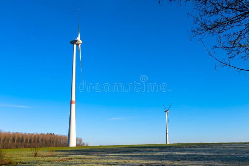 Image de générateur de vent et de ciel bleu avec le soleil photos libres de droits