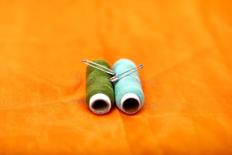 Image de goupille de sécurité et de fil de couture photographie stock