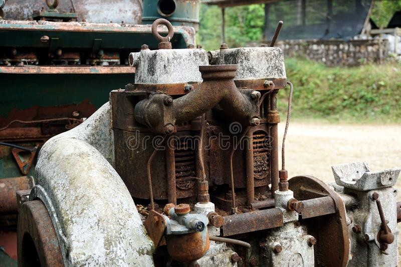 Image de grain : Fermez-vous de la vieille machine faite à l'usine de l'acier et utilisée dans la machine cassée et rustique pass photos stock