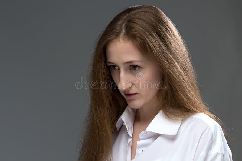 Image de jeune femme avec la tête cintrée photos stock