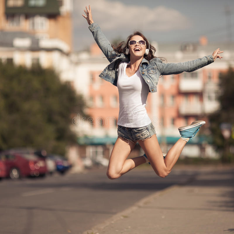 Image de jeune femme heureuse, musique de écoute et amusement de avoir image libre de droits