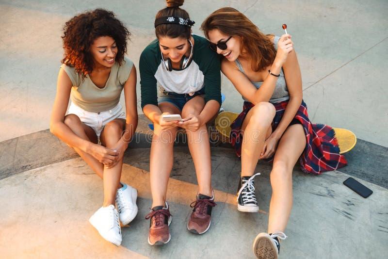Image de jeune femme heureuse de trois amis photographie stock libre de droits