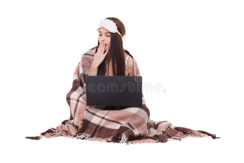 Image de jeune fille avec le masque de sommeil sur sa tête Préparez pour dormir fille avec un ordinateur portable images stock