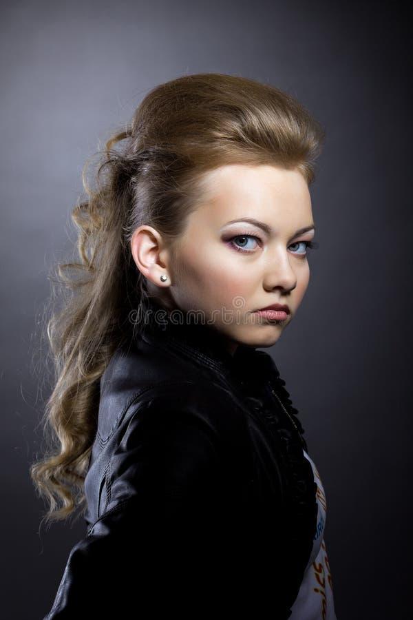 Image de jolie brune posant dans la veste noire photographie stock