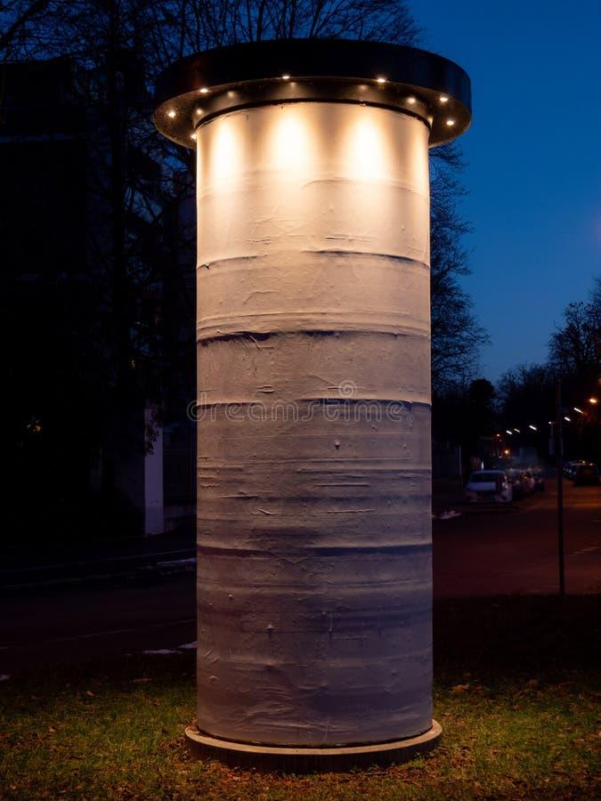 Image de l'affiche blanche de maquette de blanc de photo du support de colonne de publicité de rue sur le trottoir photos stock