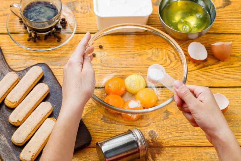 Image de l'homme préparant le dessert de la pâtisserie photos stock