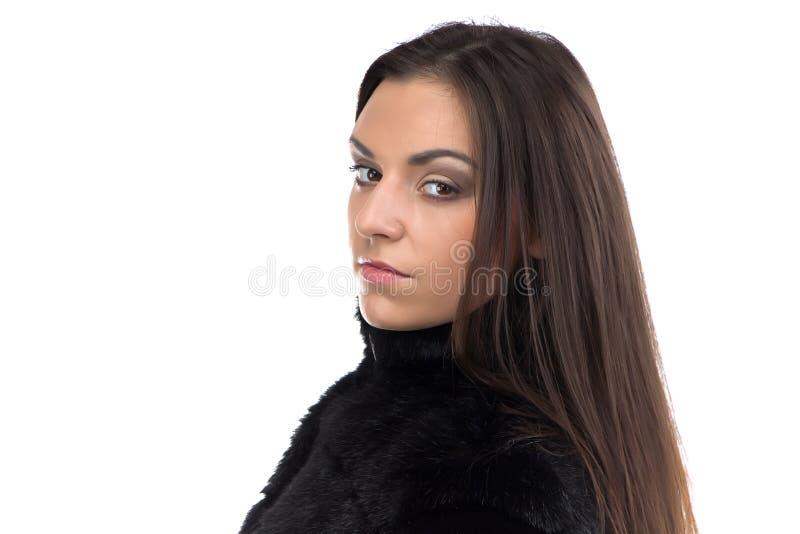 Image de la brune mignonne dans le manteau de fourrure images stock