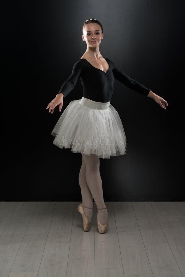 Image de la danse mignonne flexible de ballerine dans le studio image stock