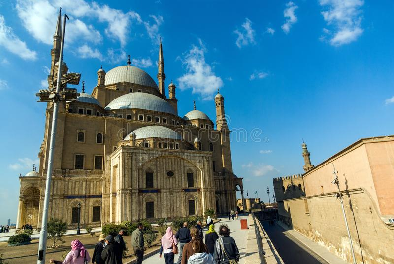Image de la façade de la mosquée d'albâtre, également connue sous le nom de Muhammad Ali dans la ville du Caire avec la marche de photographie stock