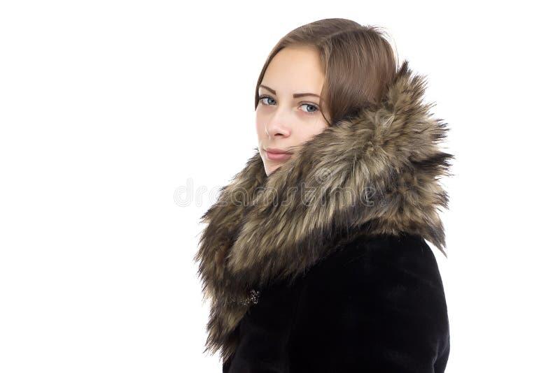 Image de la femme mignonne dans le manteau d'hiver image libre de droits