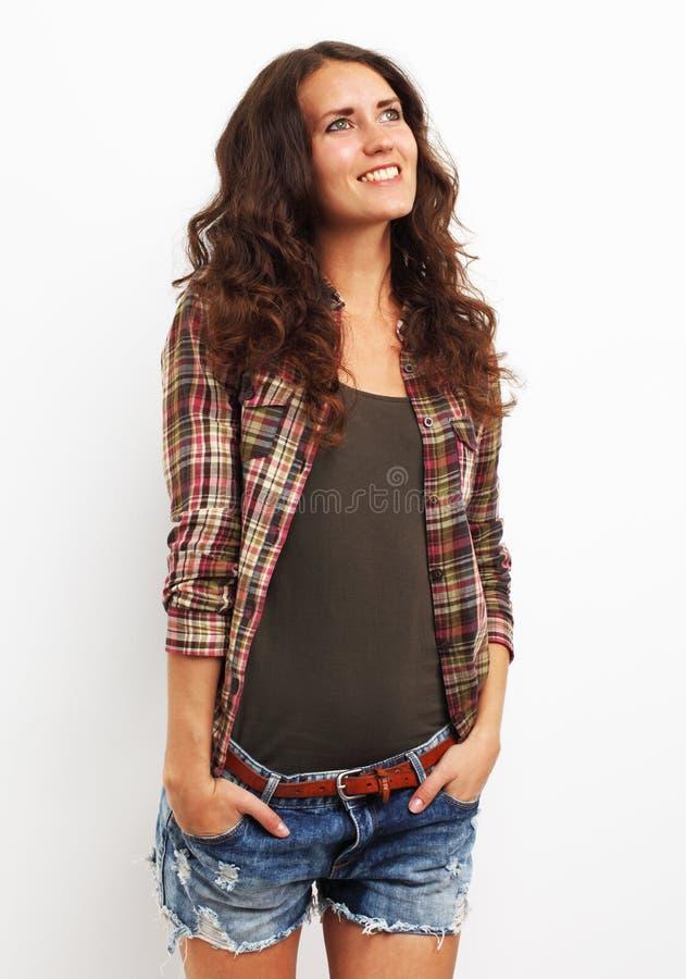 Image de la jeune femme heureuse recherchant au-dessus du backgroung blanc image libre de droits