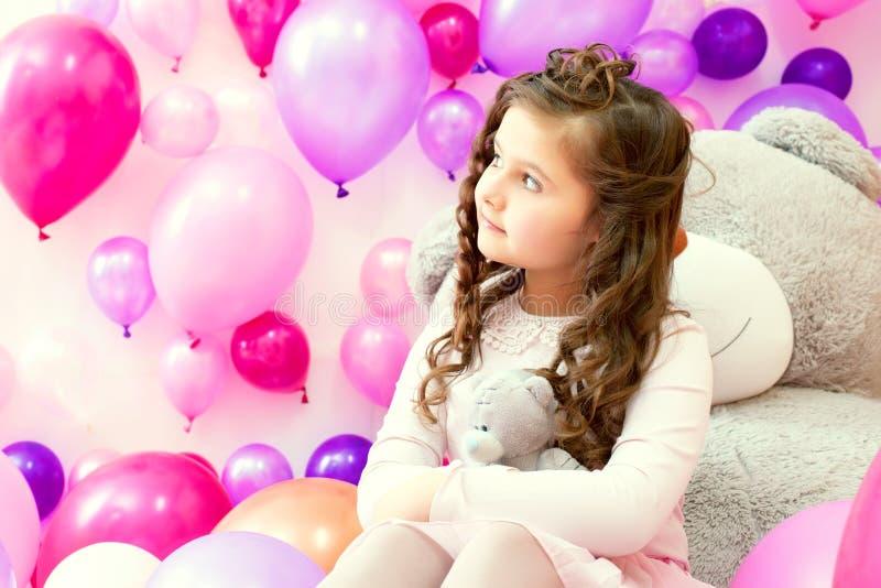 Image de la petite fille rêveuse étreignant l'ours de nounours image stock