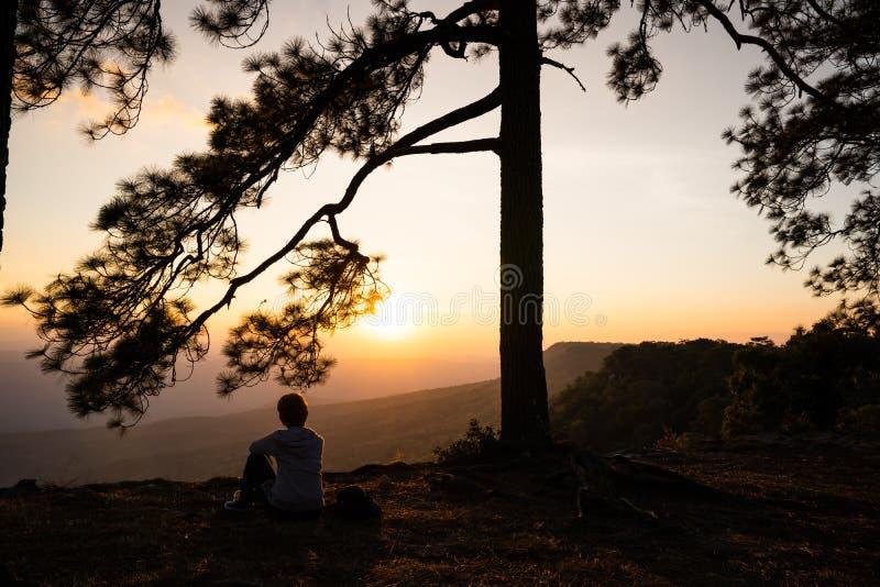 Image de lever de soleil ou de coucher du soleil sur l'horizon orange et jaune avec la silhouette des personnes entourée par des  images stock