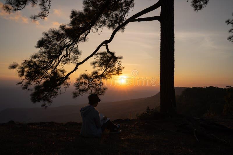 Image de lever de soleil ou de coucher du soleil sur l'horizon orange et jaune avec la silhouette de personnes entourée par des p images stock