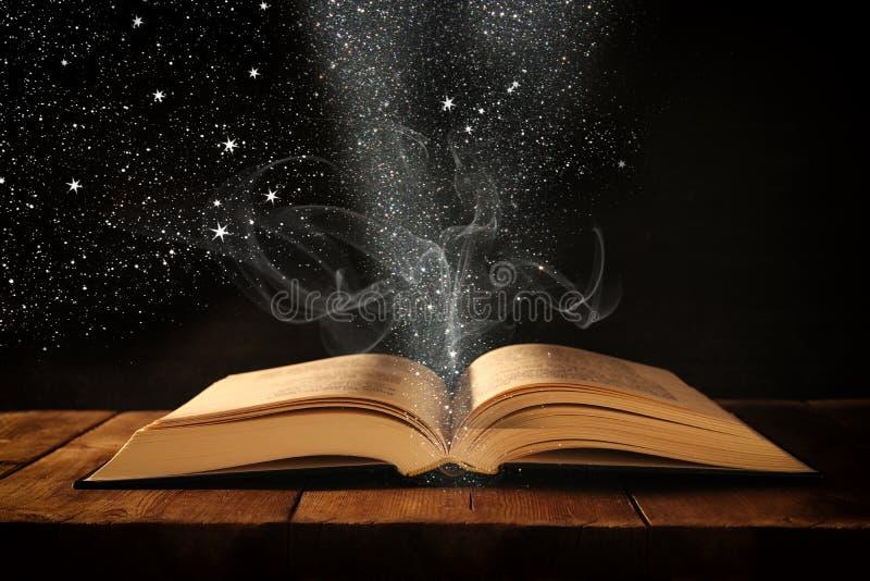 image de livre antique ouvert sur la table en bois avec le recouvrement de scintillement photo stock