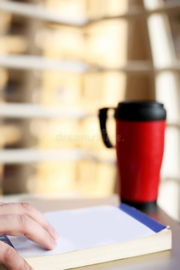 Image de livre et de bouteille d'eau sur la table photo libre de droits