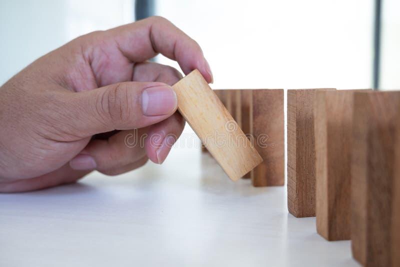 Image de main tenant le jeu en bois de blocs sur grandir des affaires Risque de plan de gestion et de stratégie image stock