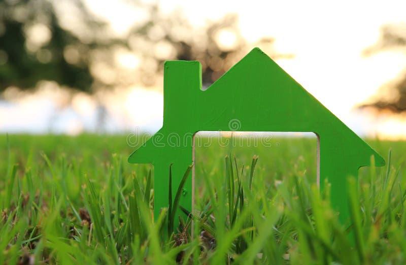 Image de maison de vintage dans l'herbe, le jardin ou le parc à la lumière de coucher du soleil photo stock