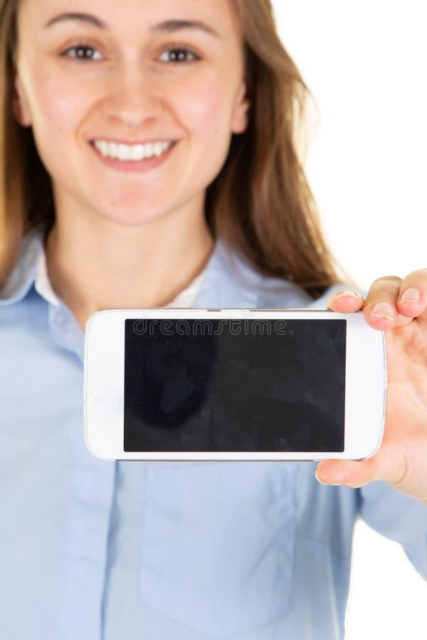 Image de maquette d'une femme tenant et montrant le téléphone portable blanc avec l'écran vide photos libres de droits