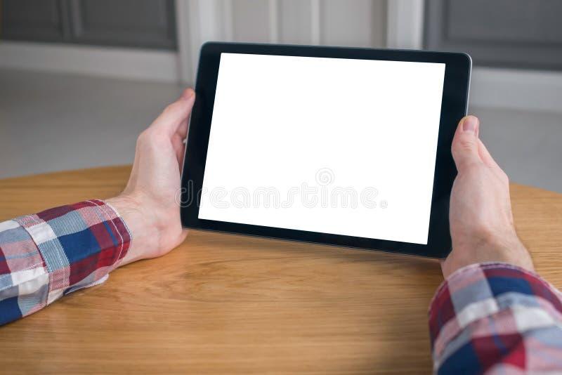 Image de maquette - homme regardant la tablette avec l'affichage vide blanc image stock