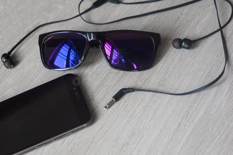 Image de maquette de règle d'écouteurs de gomme (à crayon) de carnet de lunettes avec le téléphone portable noir et l'écran blanc photo stock