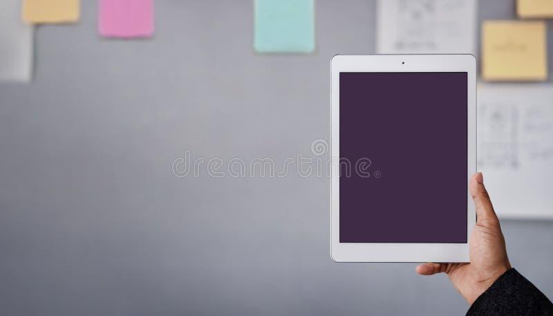 Image de maquette de Tablette L'écran de visualisation est chemin de coupage Homme d'affaires moderne utilisant la Tablette dans  images stock