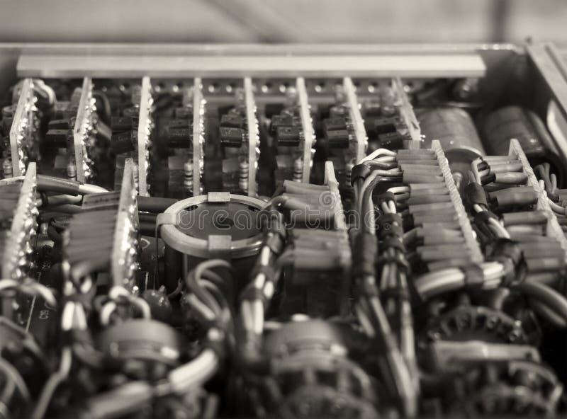 Image de mise au point sélective monochrome de câbles et de connecteurs de couleur complexes reliant des cartes de circuits avec  image stock