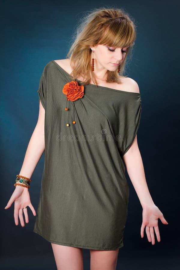 Image de mode de studio de jeune femme magnifique posant dans le tenue d?contract?e photographie stock