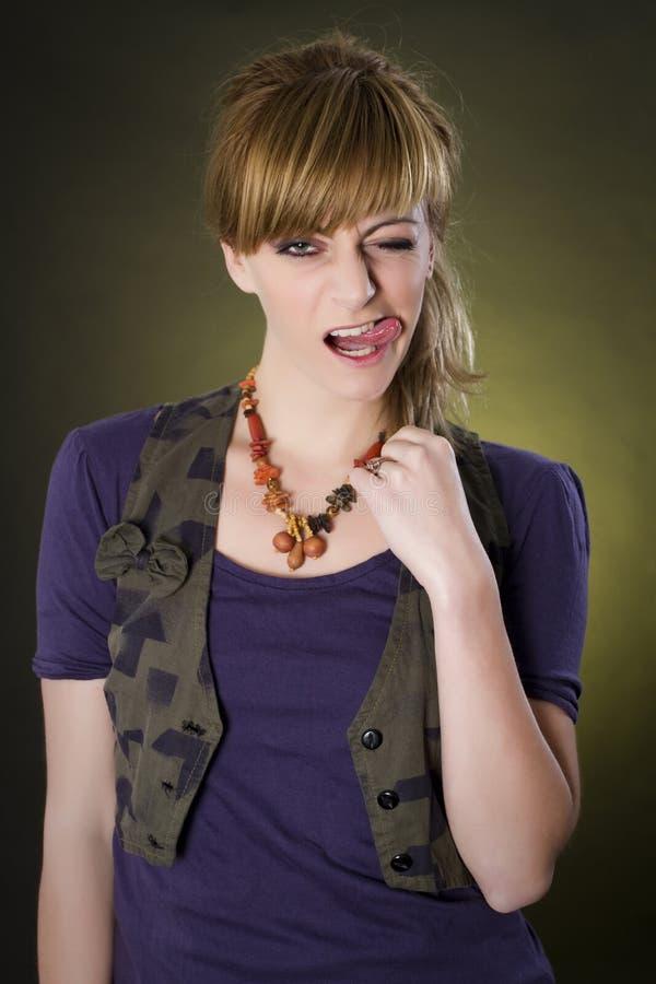 Image de mode de studio de jeune femme magnifique posant dans le tenue d?contract?e images libres de droits