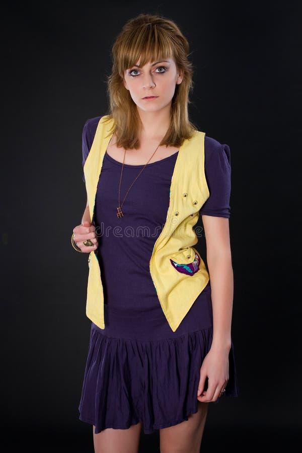 Image de mode de studio de jeune femme magnifique posant dans le tenue d?contract?e images stock