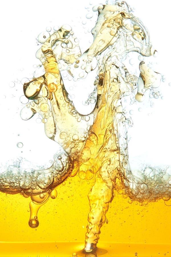 Image de pétrole renversé dans l'eau. images stock