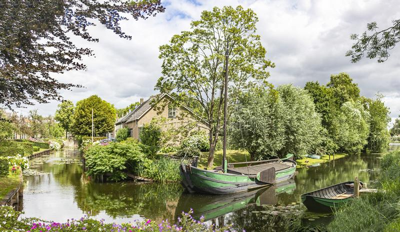 Image de panorama des bateaux dans un canal dans le village pittoresque de Drimmelen, Pays-Bas image libre de droits