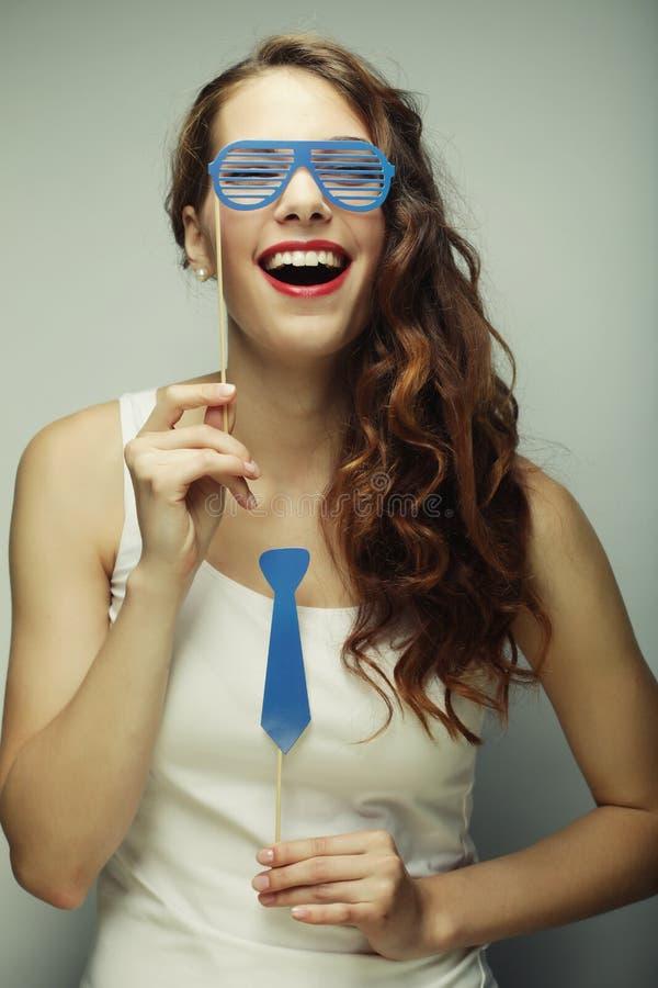 Image de partie Jeunes femmes espiègles tenant des verres d'une partie image stock