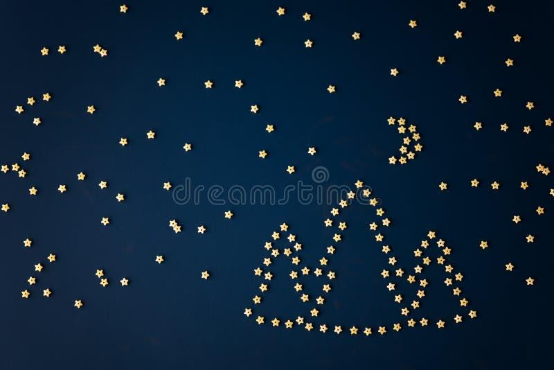Image de paysage de nuit des pâtes italiennes - étoiles, forêt, lune et Ursa Minor photos stock