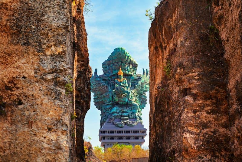 Image de paysage de vieille statue de Garuda Wisnu Kencana GWK comme point de repère de Bali avec le ciel bleu comme fond Balines photo libre de droits