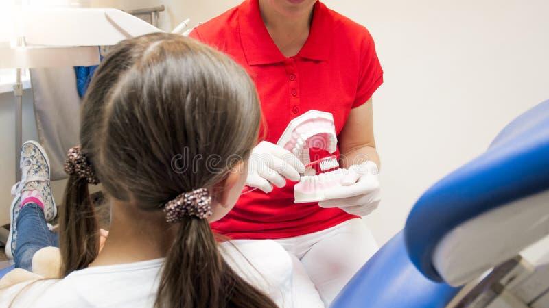 Image de plan rapproché de dentiste expliquant l'importance de l'hygiène de dents photo stock