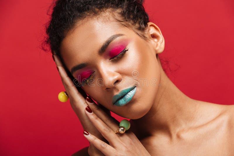Image de plan rapproché de femme magnifique d'afro-américain avec la mode photographie stock libre de droits