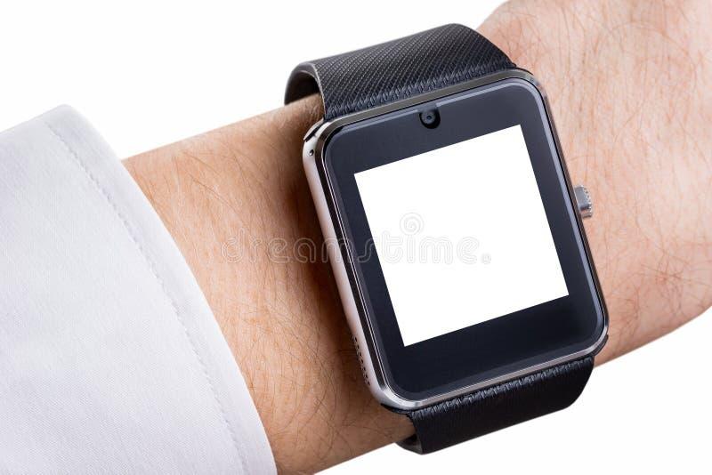 Image de plan rapproché de la main masculine avec la montre intelligente avec l'écran vide image stock