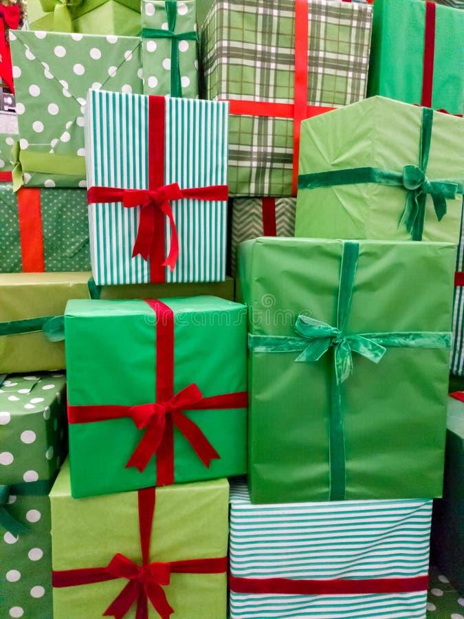 Image de plan rapproch? de la pile d'un bon nombre de cadeaux de No?l Pile de bo?tes vertes avec les rubans rouges avec des pr?se photos libres de droits