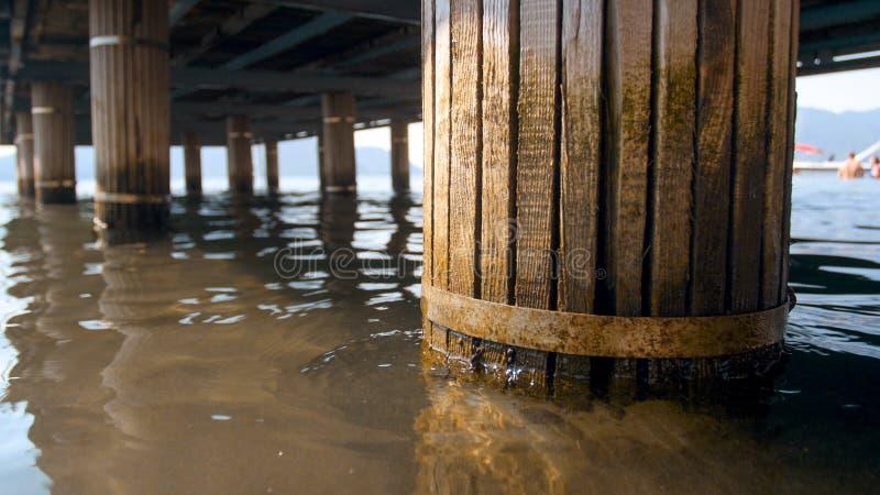 Image de plan rapproché de vieilles colonnes en bois s'effondrantes tenant le pilier sur la plage images libres de droits