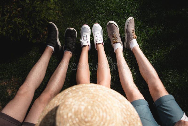 Image de plusieurs jambes sur l'herbe verte photographie stock