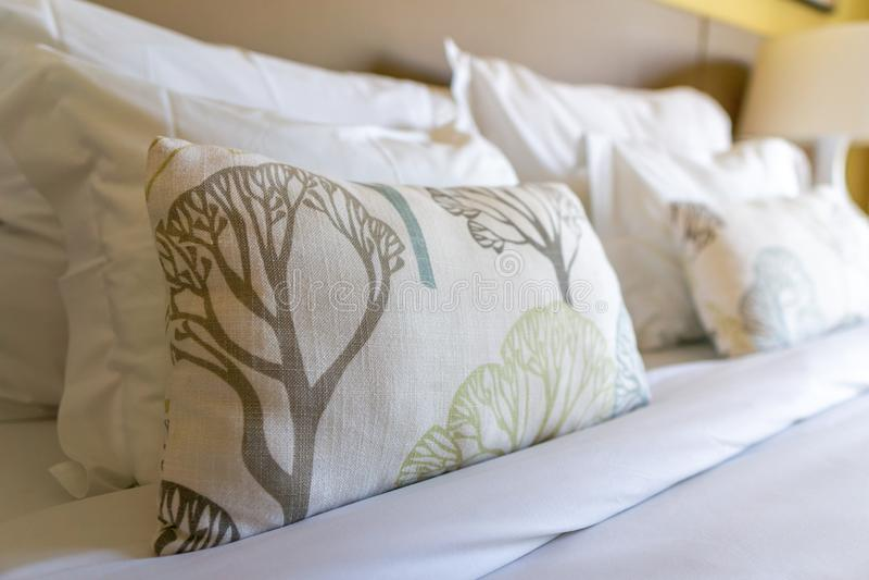 Image de plusieurs oreillers sur le lit avec la couverture blanche photographie stock libre de droits
