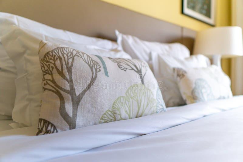 Image de plusieurs oreillers sur le lit avec la couverture blanche photographie stock