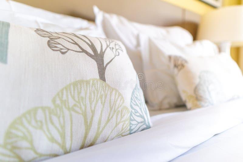 Image de plusieurs oreillers sur le lit avec la couverture blanche photos libres de droits