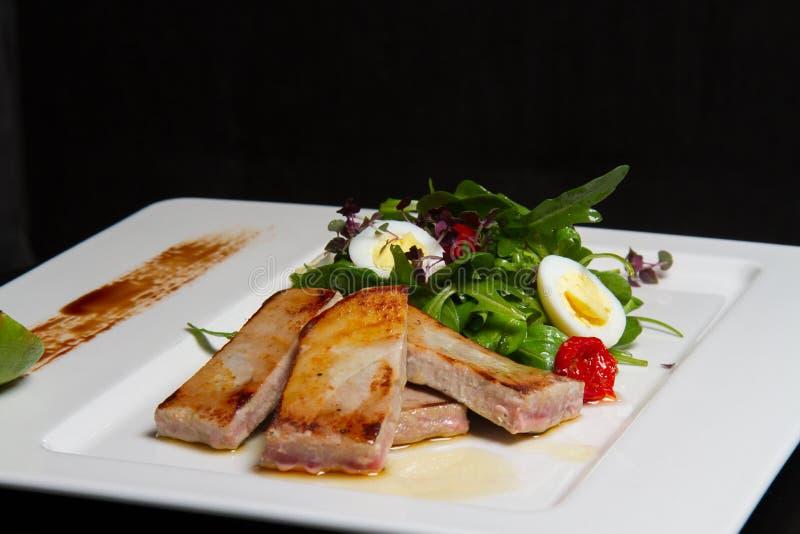 Image de porc savoureux avec de la salade photographie stock